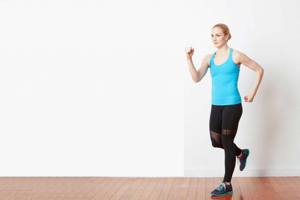 تمرینات کاردیو در منزل : آهسته دویدن در یک مکان
