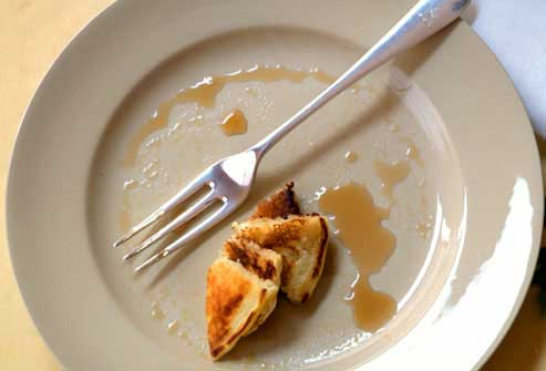 در حین غذا خوردن مکث کنید