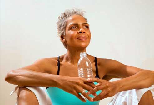 نوشیدن آب کافی برای بهبود سرعت متابولیسم