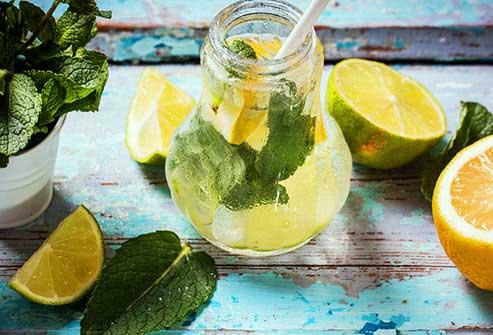 تغذیه سالم با نوشیدن آب فراوان